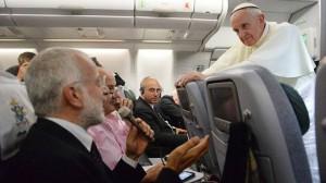 Papa Francesco ascolta la domanda di un giornalista