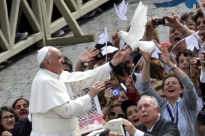 Francesco libera in volo alcune colombe, simbolo di pace