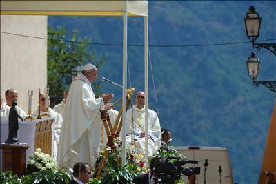 Papa Francesco davanti al Palazzo Apostolico di Castel Gandolfo per la celebrazione dell'Assunta