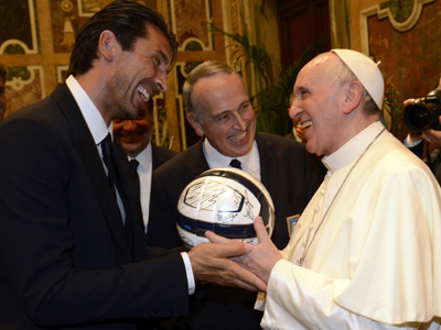 Buffon ha regalato un pallone a Papa Francesco