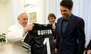 Il Papa, appassionato di calcio, ha incontrato i capitani di Roma e Lazio e ricevuto in udienza alcuni giocatori della Juve con Conte e Buffon