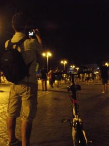 Scende dalla bici, per fare una foto e viene fotografato :)