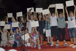 I bambini della IV A di Avezzano felici mostrano gli attestati di partecipazione al Concorso Lettera d'Amore