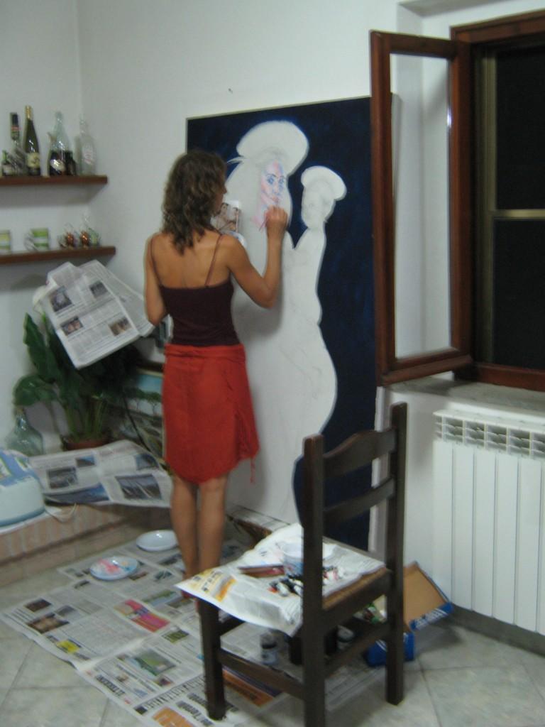 """L'artista Michela Buracchi completa il quadro """"La Vergine"""""""
