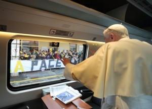 Benedetto XVI scelse di andare ad Assisi con il treno. Il saluto ai pellegrini