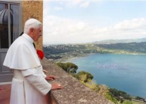 """Benedetto XVI """"affacciato"""" sul lago di Castel Gandolfo (foto archivio)"""