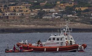 Guardia Costiera impegnata nelle ricerche dei naufraghi di Lampedusa