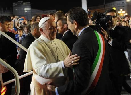 Papa Francesco si ferma nel giro conclusivo sulla papamobile per abbracciare il Sindaco Marino