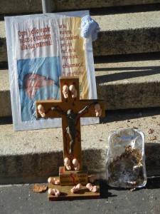 La croce con i bambini abortiti, per ricordare il loro sacrificio unito a quello di Cristo