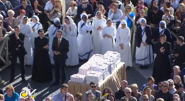 Le confezioni di Misericordina distribuite al termine dell'Angelus in Piazza San Pietro