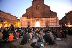 Musulmani in preghiera nella piazza del Duomo di Bologna.