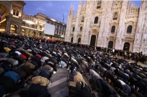 Musulmani in preghiera nella piazza del Duomo di Milano.