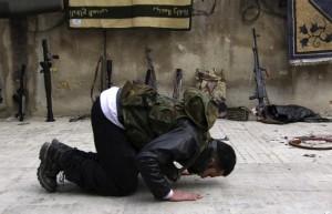 Un jihadista adottato con 2.550 dollari, in preghiera.
