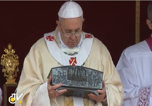 """Momento emozionante, al termine dell'Omelia il Papa """"abbraccia"""" l'urna  contenente le reliquie di S. Pietro"""