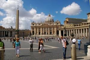 Piazza San Pietro, affollata dai pellegrini.