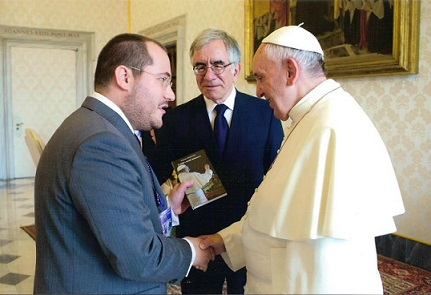 Il vaticanista Grana consegna il suo libro a Papa Francesco