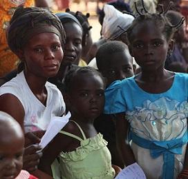 Donne e bambini accampati all'esterno della chiesa di Saint-Jacques a Bangui, capitale della Repubblica Centrafricana