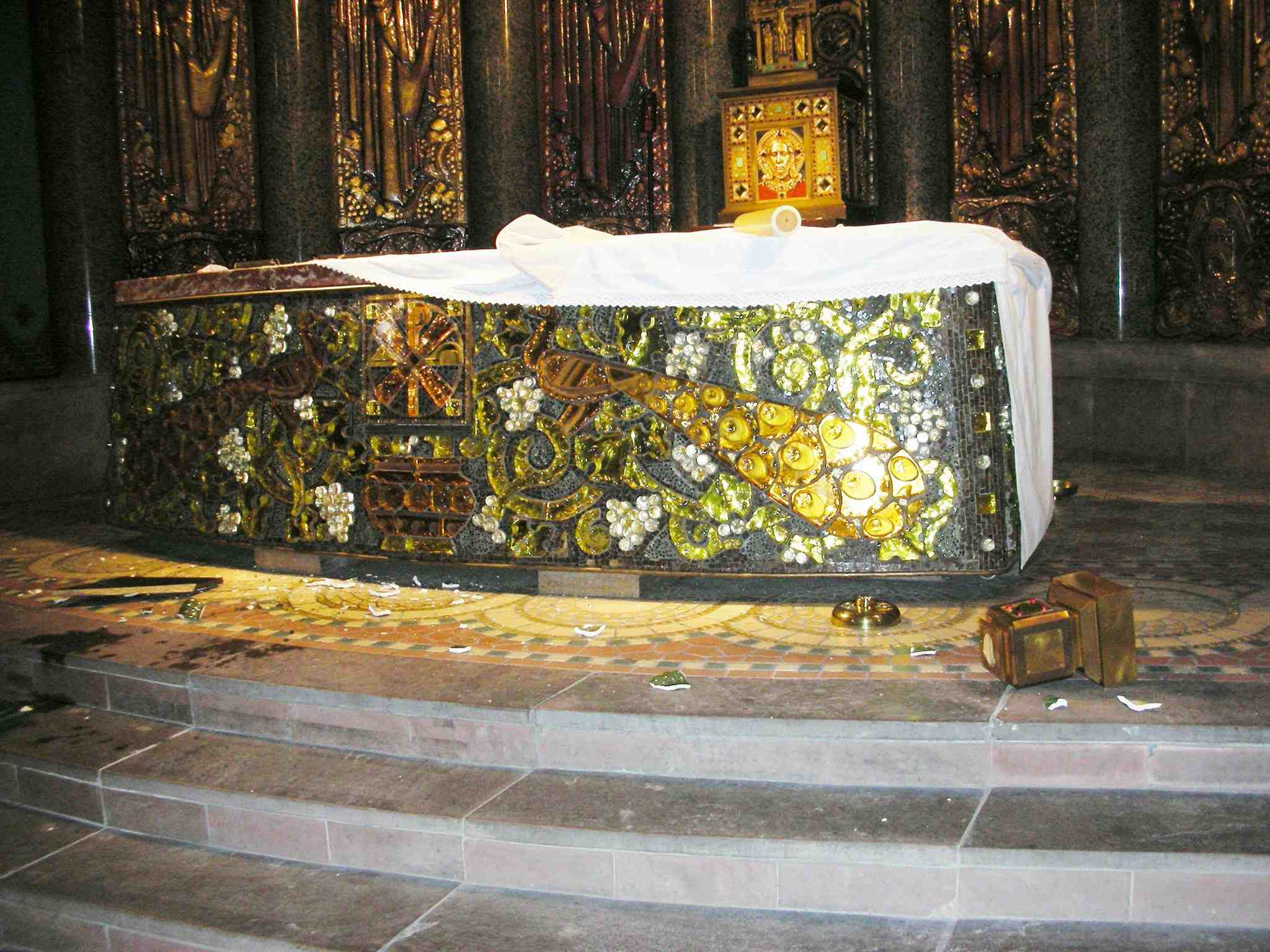 Altare profanato nella Chiesa di Saint Odile