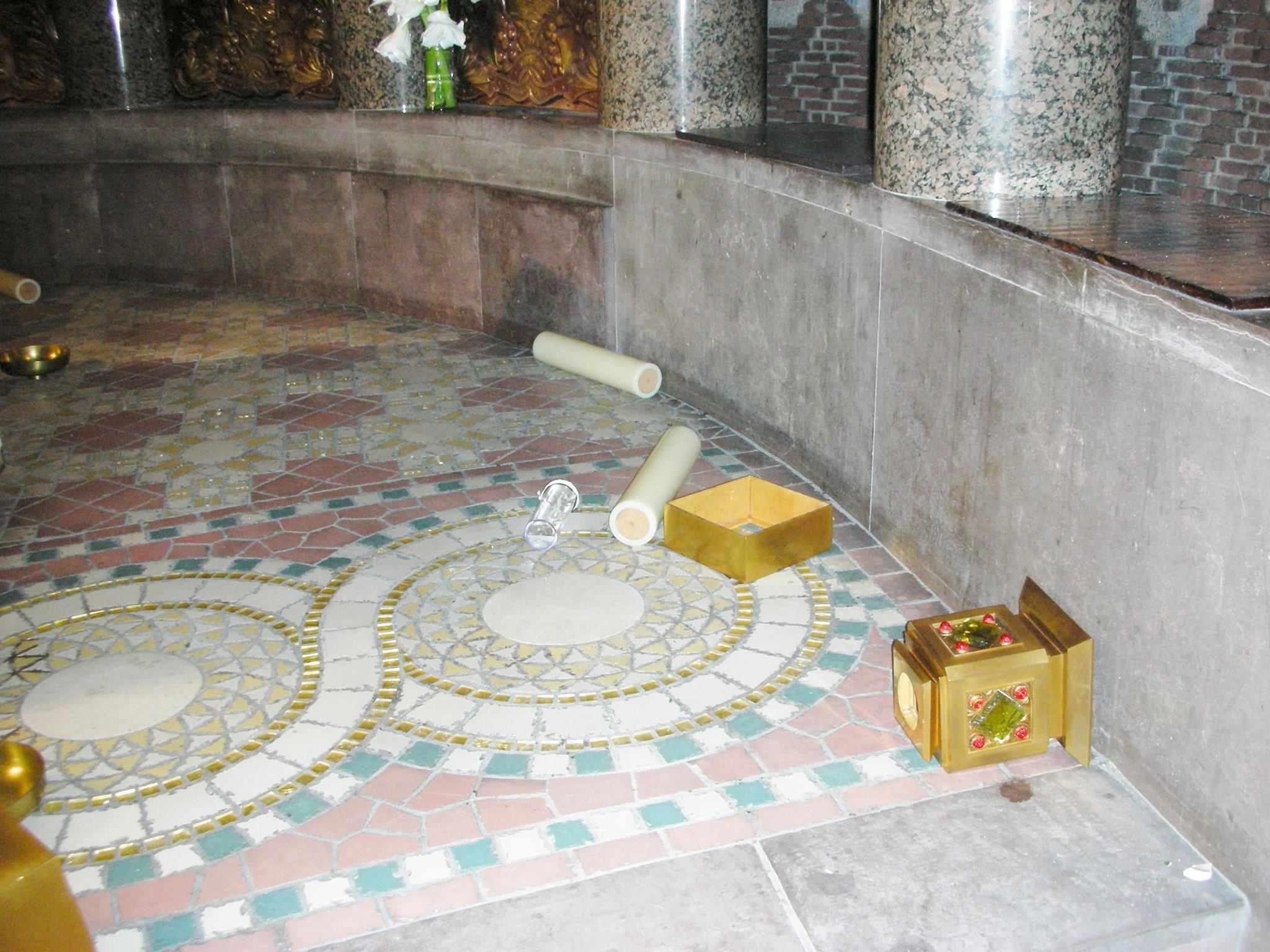 Candelabro profanato nella Chiesa di Saint Odile