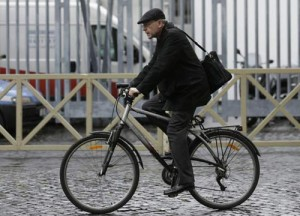 Il Cardinal Barbarin, in bici, mentre si reca alle Congregazioni Generali in Vaticano.