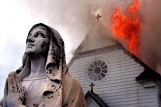 chiesa che brucia 530X0 90 Avvisi Parrocchia e Cristiani perseguitati nel mondo