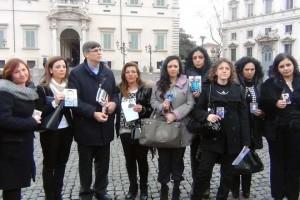 Don Maurizio, con le mamme coraggio in attesa di essere ricevute dal Presidente Napolitano.