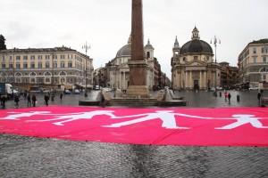 A Piazza del Popolo la Manif Pour Tous dispiega la gigantesca bandiera per accogliere Hollande.
