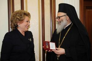 Scambio di doni tra la presidente del senato e il Patriarca Giovanni.