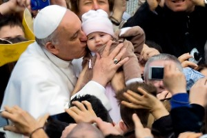 Papa Francesco, saluta una bambina.