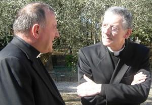 Il Patriarca Moraglia a colloquio con un sacerdote.