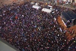 La numerosissima folla alla manifestazione.
