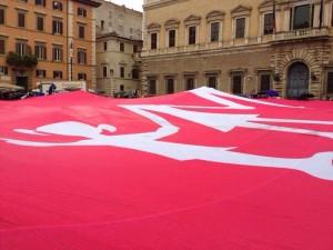La grande bandiera della Manif Pour Tous Italia.
