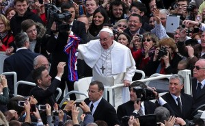Papa Francesco, incontra i fedeli a piazza san Pietro.