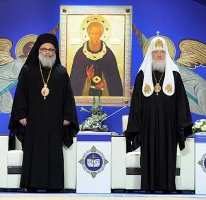 Il Patriarca Giovanni (a sinistra) e il Patriarca Kirill (a destra).