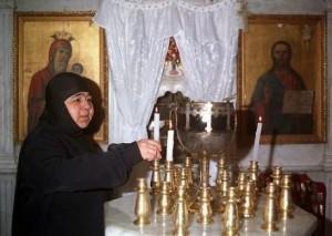 Una suora di Maalula prepara la preghiera.
