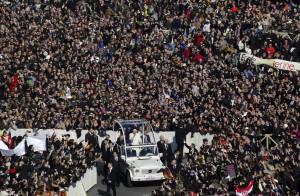 La folla in Piazza San Pietro per l'Ultima Udienza di Papa Benedetto XVI.