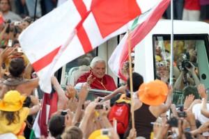 Papa Benedetto saluta i giovani della Giornata Mondiale della Gioventù a Madrid.