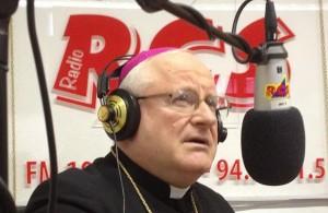 Mons. Zenti, Vescovo di Verona durante una trasmissione radiofonica.