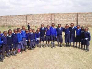 Suor Lucia con un gruppo di studenti.