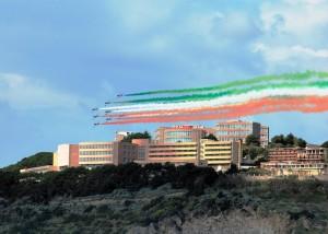 Le Frecce Tricolori passano sopra l'Accademia Aeronautica di Pozzuoli.