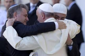 Papa Francesco al Muro del Pianto abbraccio interreligioso