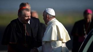 il Cardinale Parolin saluta Papa Francesco all'aeroporto di Fiumicino