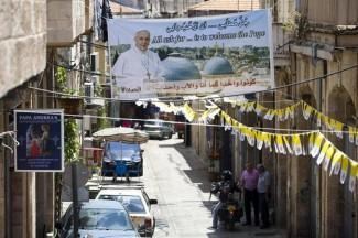 Coperta da oltre mille bandiere, vaticane e israeliane, Gerusalemme aspetta l'arrivo di Papa Francesco