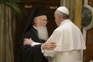 Papa Francesco abbraccia Bartolomeo I
