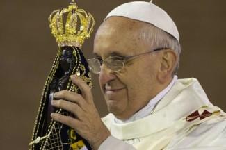Papa Francesco con la statua della Madonna di Aparecida