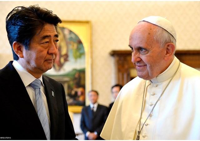 Papa Francesco con il primo ministro del Giappone Shinzo Abe