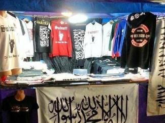 Mercato con le magliette dei fondamentalisti.