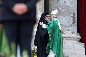 Papa: durante messa scambia abbraccio con patriarca siriano