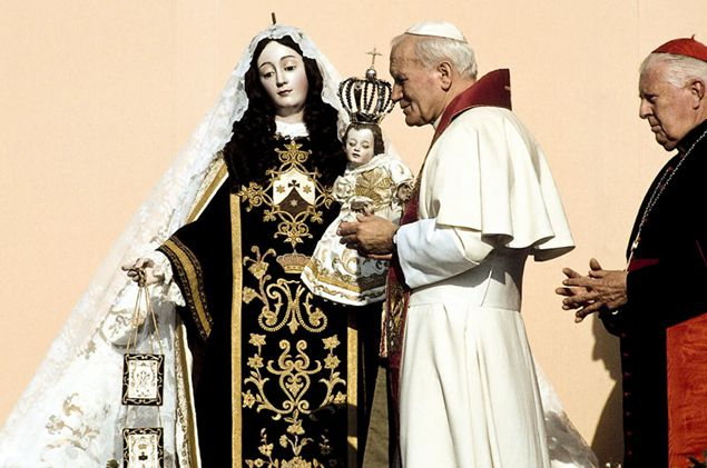 Giovanni Paolo II durante l'affidamento alla Madonna del Carmine, al santuario nazionale di Maipù, in Cile, nel 1987.
