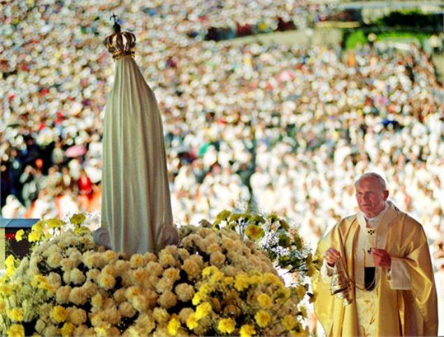 San Giovanni Paolo II in preghiera davanti alla statua della Madonna di Fatima